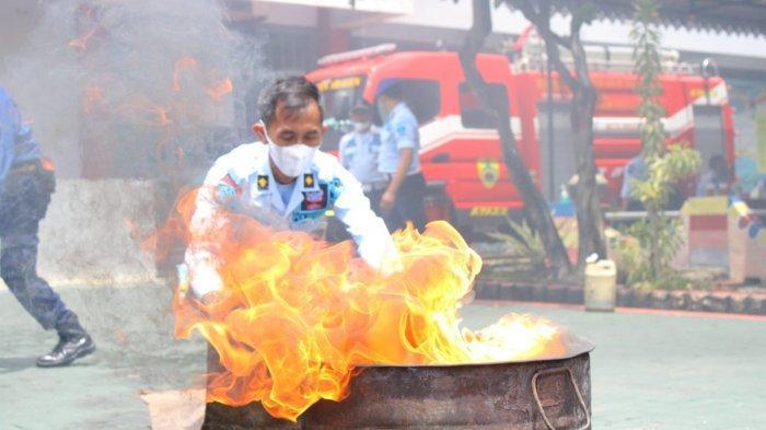 Petugas Lapas Sragen Latihan Padamkan Api Cepat Bareng Damkar