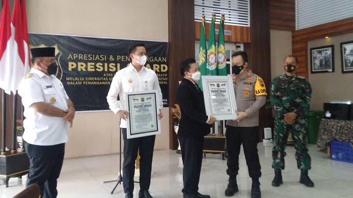 Lemkapi Berikan Penghargaan Presisi Award kepada Bupati Kendal