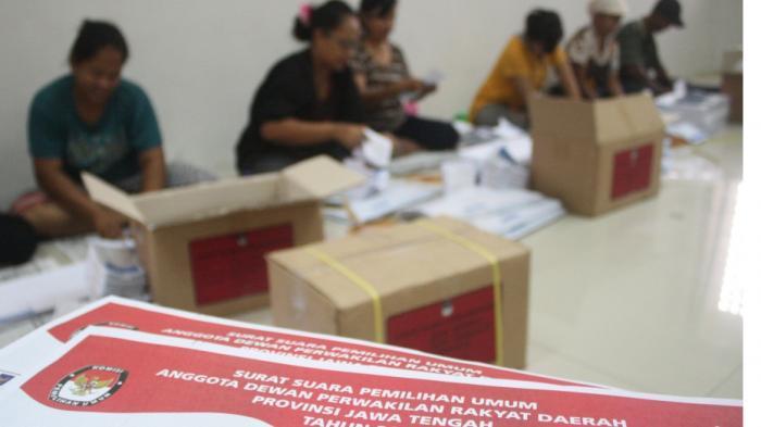 logistik-pemilu-solo-lipat-surat-suara-gpe.jpg