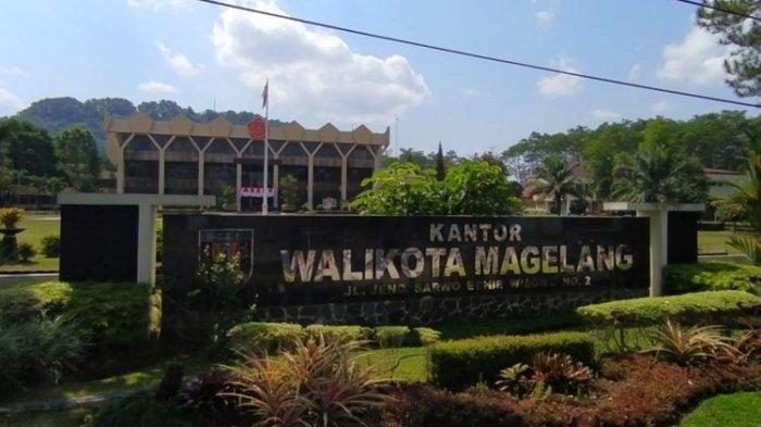 Logo TNI di atas gedung kantor Wali Kota Magelang, Jawa Tengah, Kamis (26/8/2021)