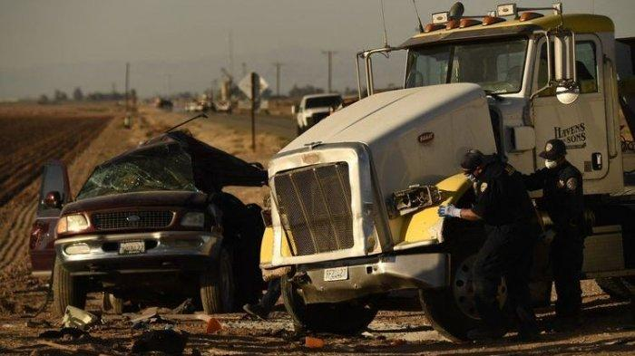 Kecelakaan Maut Truk Tabrak Mobil SUV, 13 Orang Tewas, Beberapa Orang Terlempar Ke Trotoar