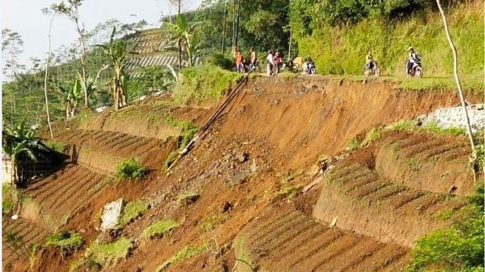 Longsor di Jalan Kabupaten Ruas Pagentan-Pejawaran, Pengendara Diminta Hati-hati