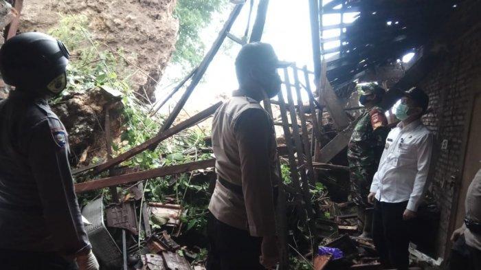 Tebing Belakang Rumah Longsor Timpa Rumah Warga Pati, Suyati Terluka di Betis