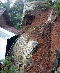 Talud yang berada di RT 6 RW 3 dan RT 5 RW 3 di Dusun Gunung Telu, Desa Kutorojo, Kecamatan Kajen, Kabupaten Pekalongan, Jawa Tengah longsor.