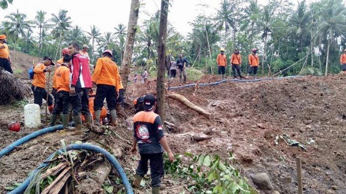 Pencarian korban tanah longsor Desa Kalijering, Padureso Kebumen oleh tim SAR Gabungan, Rabu 10 Februari 2021.