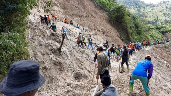 Material Longsor Menutup Badan Jalan Akses Utama Dusun Pengkok Beruk Karanganyar