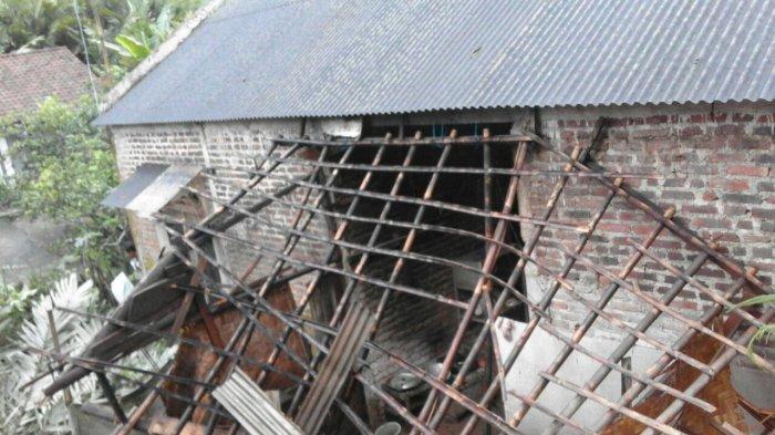 Longsor Tebing di Desa Prendengan Banjarnegara Timpa Rumah Warga