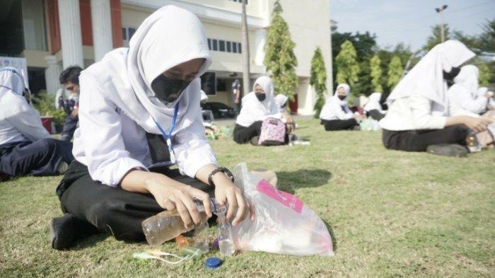 Mahasiswa Baru UPGRIS Dapat Rekor Muri, Pembagian Hand Sanitizer Nonalkohol Terbanyak