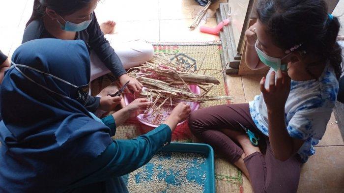 Mahasiswa KKN Undip 2021 Siti Rukoyah mengajak anak-anak membuat kaligrafi dari ampas tebu di Cranggang, Dawe, Kudus