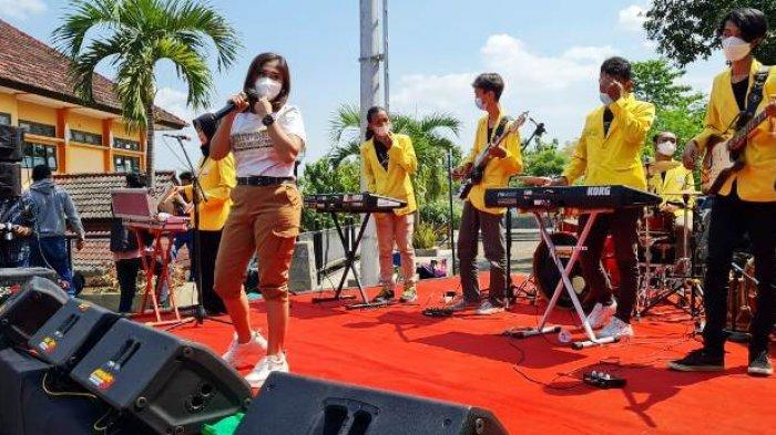 Tergerak Ajakan Gubernur, Mahasiswa 4 Universitas di Semarang Hibur Pasien Pusat Isolasi Covid-19