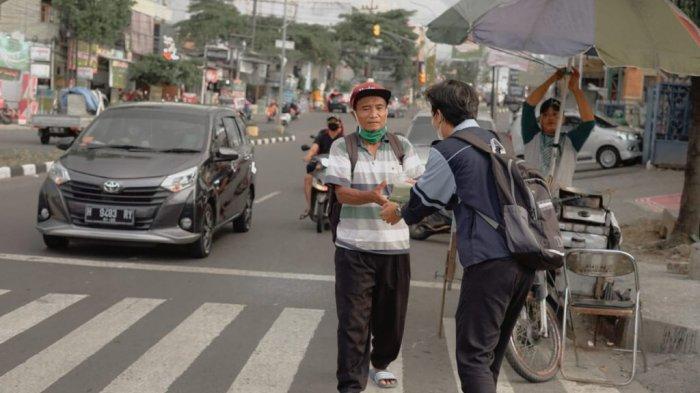KKN Mandiri Pengakuan UIN Walisongo Semarang Bagikan 300 Takjil bagi Masyarakat