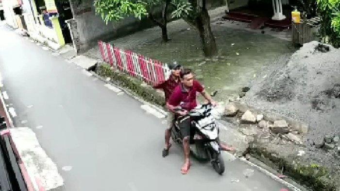 Tangkapan layar dari kamera cctv dua maling spesialis pencuri burung kicau tengah mengamati situasi sebelum melakukan aksi pencurian, Rabu (23/12/2020).