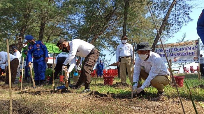 Polres Batang Tanam 60 Ribu Mangrove di Pantai Sicepit