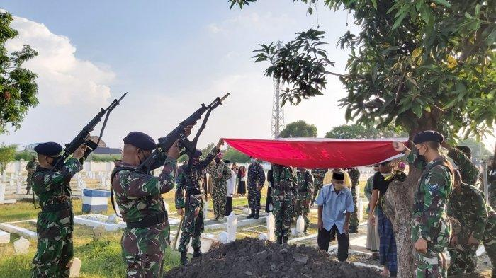 Pemakaman Mantan pejuang kemerdekaan RI asal Kota Tegal, almarhum Kopral (Purn) Bakrie, di Taman Makam Pahlawan Pura Kusuma Negara Kota Tegal, Sabtu (1/5/2021).