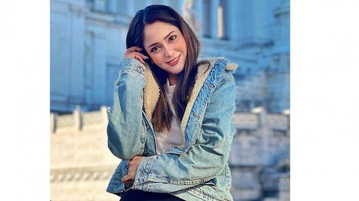 Mantan Putri Solo 2012 Anna Silvia yang merupakan pramugari Emirates Airline yang menjadi peserta grand final Kontes Miss Elite World yang digelar di Mesir pada 29 Mei 2021 mendatang. (2)