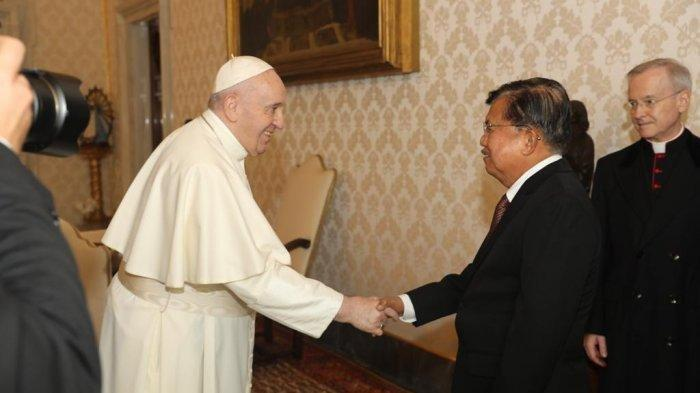 Mantan Wakil Presiden M Jusuf Kalla bertemu Pemimpin Umat Khatolik Paus Fransiskus di Vatikan dalam rangka penjurian pemberian gelar Sayeed Award for Human and Fraternity.