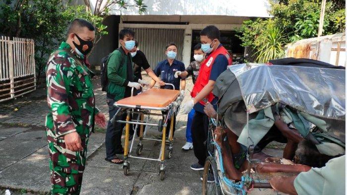 Evakuasi Slamet manusia becak Semarang menuju rumah sakit, Jalan Kompol Maksum, Kota Semarang, Rabu (23/6/2021).