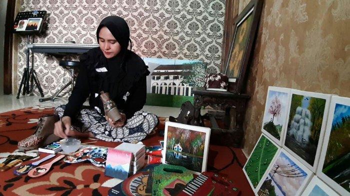 Marieke Kurnia Lestari (38), saat sedang melukis pesanan milik customer nya, Kamis (28/1/2021).
