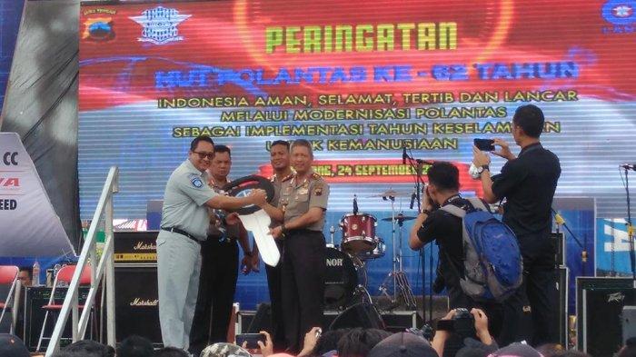 Jasa Raharja Beri Bantuan Mobil Ambulans kepada Polda Jateng