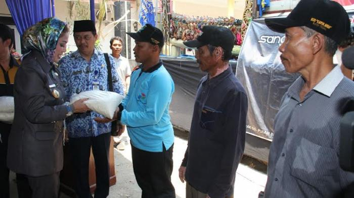 Masitha Beri Bantuan 20 Ton Beras ke Nelayan Pakai Dana Taktis Walikota