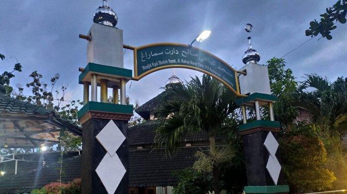 Masjid Kiai Sholeh Darat yang berlokasi di Jalan Kakap No 212, Dadapsari, Semarang Utara, Kota Semarang.