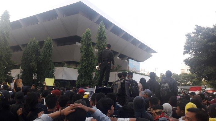 Massa Taburkan Bunga dan Bagikan Bendera Kuning di Halaman Kantor Gubernur Jawa Tengah