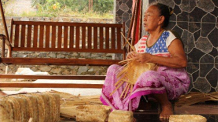 Mbah Ngadisah Bagi Ilmu ke Tetangga Cara Buat Besek Bambu