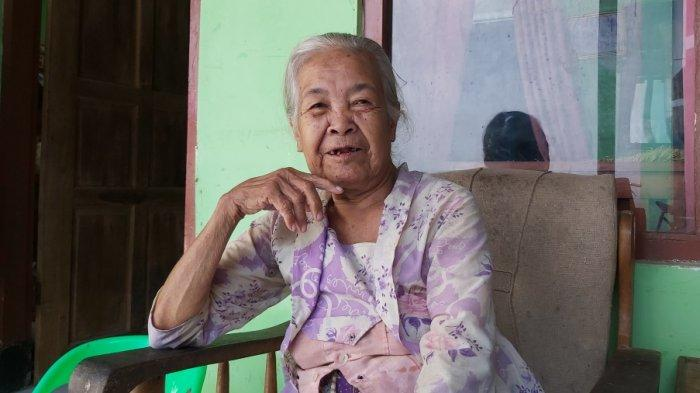 Mbah Tarmi, nampak semringah saat ditemui tribunjateng.com di rumahnya, Jumat (17/9/2021). Dia merupakan lansia dengan usia 102 tahun.