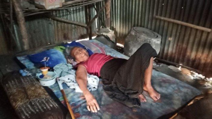 Mbah Tritis Setahun Terbaring dalam Rumah Tak Layak Huni Tanpa Listrik