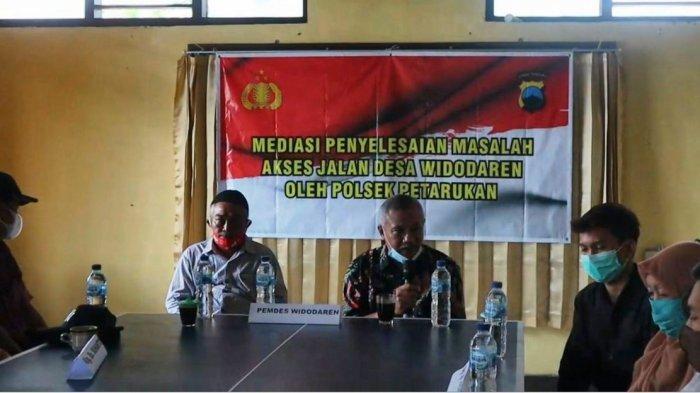 Keluarga Sukendro dan keluarga Suharto mengikuti mediasi yang digelar di Polsek Petarukan, Sabtu (13/3/2021).