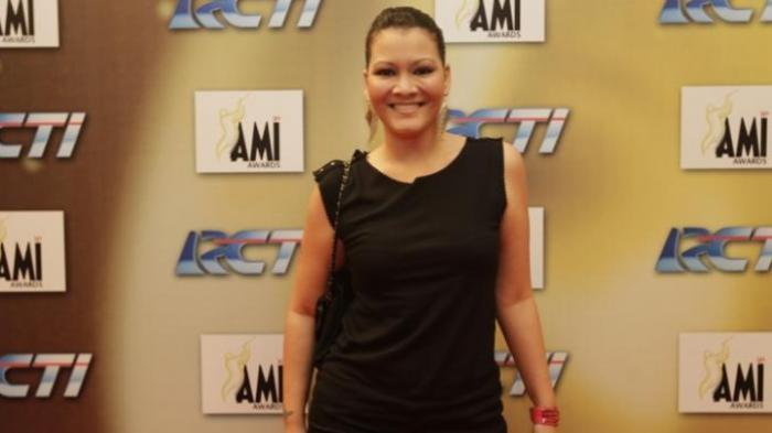 Melanie Subono berpose saat menghadiri acara '14th AMI Award', di Ballroom Central Park, Jakarta, Rabu (6/7/2011).