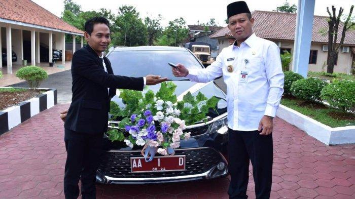 Melepas kunci mobil dinas Bupati Kebumen Arif Sugiyanto di hari pernikahannya, Minggu (29/3/2021)