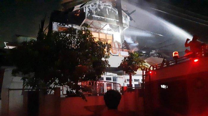 Petugas Damkar Kota Semarang sedang memadamkan api yang membakar rumah mewah di Jalan Taman Ketapang Barat 14 C, Pedurungan Lor, Pedurungan, Kota Semarang, Rabu (30/6/2021).