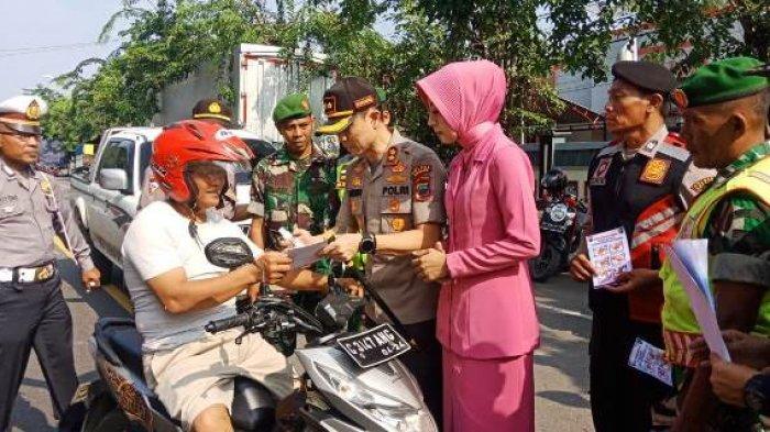 Cegah Virus Corona di Brebes, Polri-TNI Sosialisasi Cara Cuci Tangan yang Benar pada Pengguna Jalan