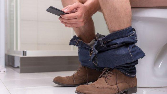 Jangan Sepelekan! Membawa Ponsel ke Toilet Bisa Berbahaya Bagi Kesehatan