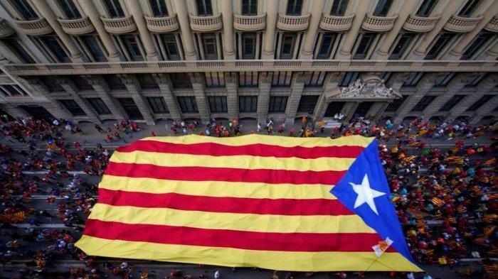 Para demonstran berbaris memegang bendera pro-kemerdekaan selama Hari Nasional Catalonia di Barcelona, Spanyol, Sabtu, 11 September 2021.