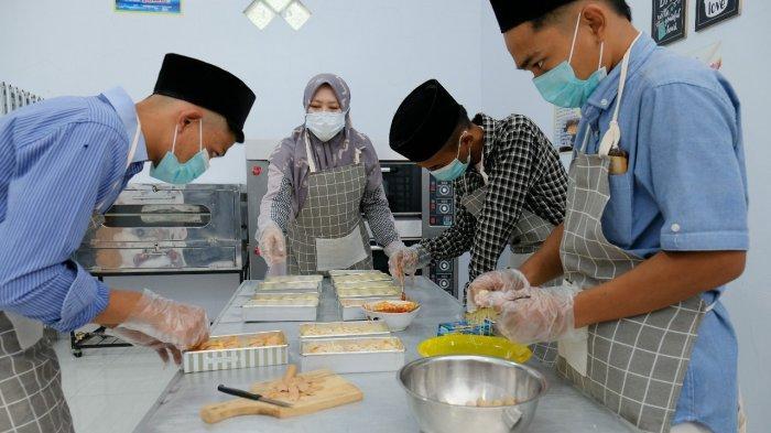 Mendobrak batas, pelatihan pembuatan kue juga diberikan untuk para santri laki-laki.