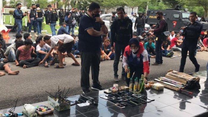 Polisi Dihujani Petasan saat Gerebek Kampung Narkoba, 65 Orang Ditangkap