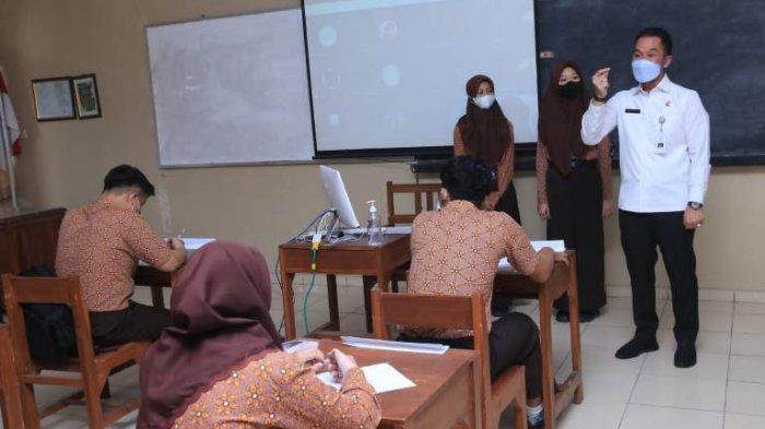 Tinjau SMA 1 Bae, Bupati Kudus HM Hartopo Mendadak Jadi Guru Protokol Kesehatan