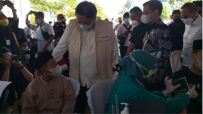 Menteri Koordinator Bidang Perekonomian Airlangga Hartarto memantau pelaksanaan pelaksanaan vaksinisasi santri yang ada di Gedung Djunaid, Kota Pekalongan, Jawa Tengah, Kamis (16/9/2021) sore.