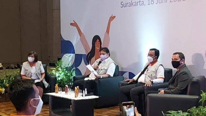 Menko Perekonomian Airlangga Hartarto ketika melakukan dialog dengan 28 perwakilan alumni Program Kartu Prakerja dari Jawa Tengah di Hotel Alila Solo, Jumat (18/6/2021).