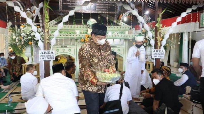 Ganjar Pranowo dan Airlangga Pimpin Tradisi Grebeg Apem Yaaqowiyyu Kyai Ageng Gribig Klaten
