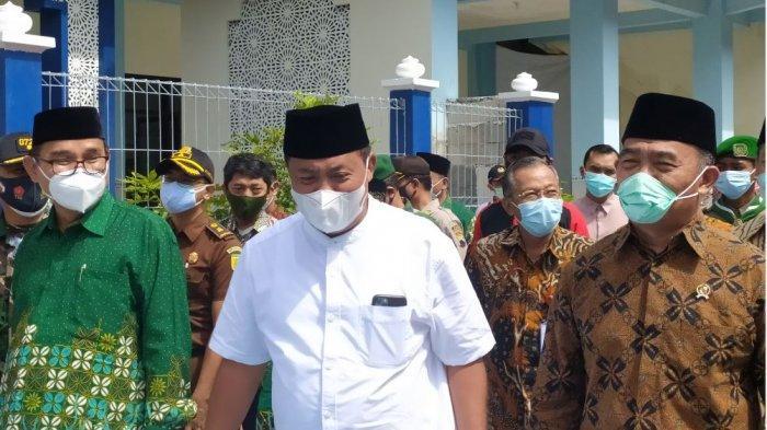 Menko PMK, Muhajir Effendy berbincang dengan Bupati Karanganyar Juliyatmono saat acara peresmian gedung aula dan ruang kelas MI Muhammadiyah Karanganyar, Jumat (19/2/2021).