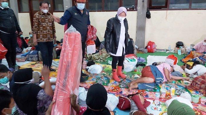Mensos RI Tri Rismaharini saat meninjau pengungsi banjir di Kota Pekalongan