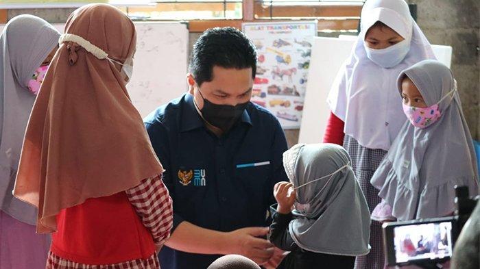 Menteri BUMN, Erick Thohir mengunjungi dan berdialog langsung dengan nasabah difabel PNM Mekaar didampingi Direktur Utama PT PNM (Persero), Arief Mulyadi, pada Sabtu (1/5) di Boja, Jawa Tengah.