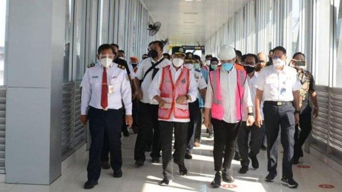 Menteri Perhubungan Budi Karya Sumadi bersama Walikota Solo Gibran Rakabuming Raka melakukan pertemuan membahas rencana pembangunan rel layang atau rel elevasi di persimpangan kereta api sebidang Simpang Palang Joglo Solo, Jawa Tengah.