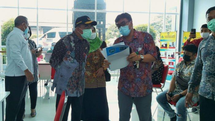 Tinjau Vaksinasi di RSUD Bung Karno Solo, Menko PMK Tekankan Penanganan Covid-19 melalui 3T