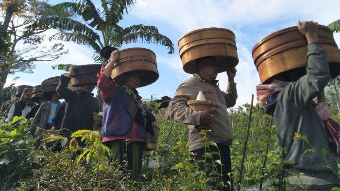 Ratusan Warga Jambon Temanggung Sunggi Tenong ke Makam Kiai Tanjung Anom dan Nyai Tanjung Sari