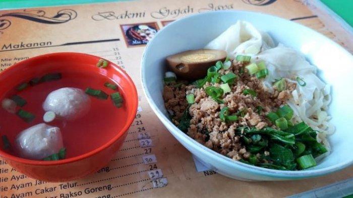 Mie ayam bakso di Bakmi Gajah Jaya atau biasa disebut Mie Ayam Tong Hien, berlokasi di Jalan Sultan Agung 129 Semarang, Jawa Tengah