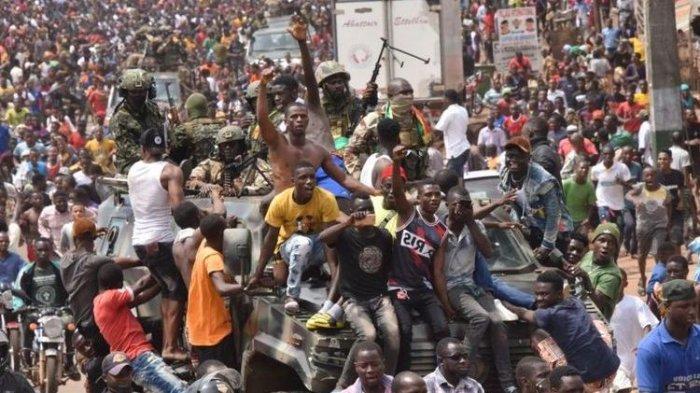 Ribuan warga merayakan bersama anggota militer Guinea pasca-kudeta militer yang menggulingkan Presiden Alpha Conde di Conakry, Minggu 5 September 2021